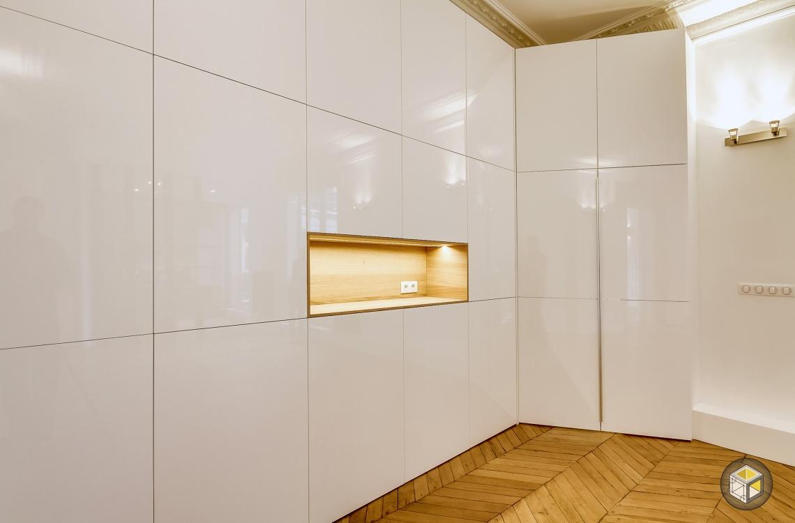 Salon avec placards intégrés